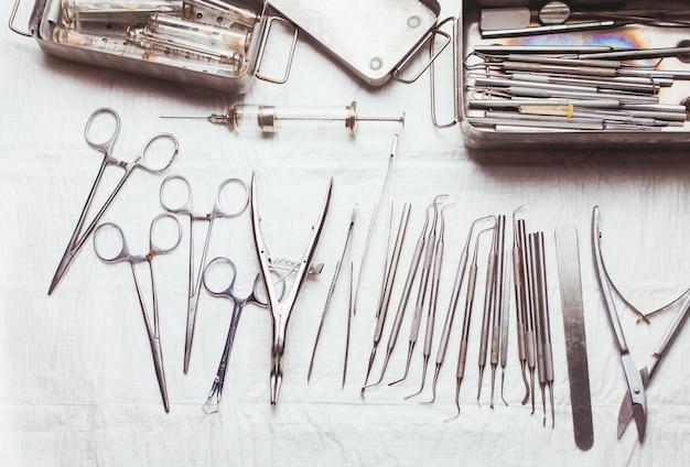 Un grande set di strumenti dentali vintage
