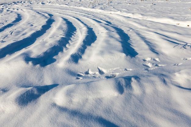 Grandi cumuli di neve dopo nevicate e bufere di neve, la stagione invernale con clima freddo e molte precipitazioni sotto forma di neve