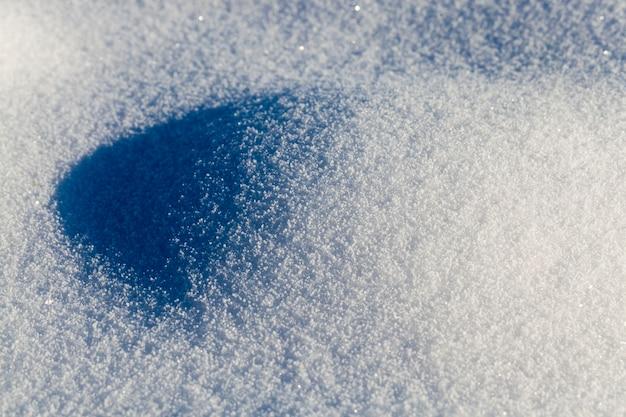 Grandi cumuli di neve dopo nevicate e bufere di neve, l'inverno