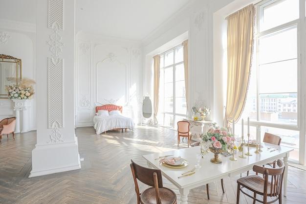 Camera ampia e spaziosa con un loft alla moda