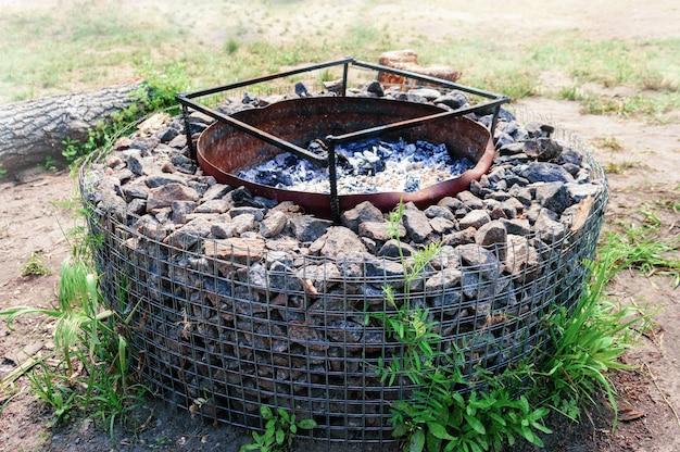 Grande pozzo braciere in pietra per casa di campagna. posto per un barbecue in famiglia.