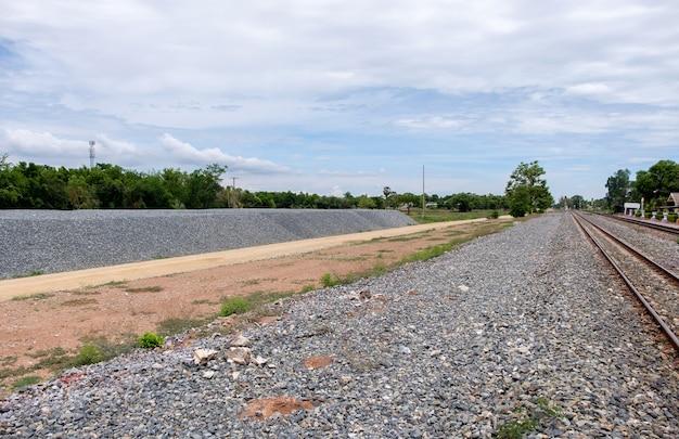 Il grande mucchio di pietra per la costruzione del progetto a doppio binario vicino alla stazione ferroviaria locale, vista frontale con lo spazio della copia.