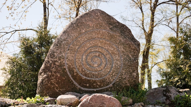 Grande pietra con una runa. spirale celtica su pietra.