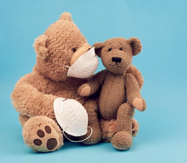 Il grande orsacchiotto con una maschera bianca trasferisce l'accessorio a un altro, preoccupazione per la salute di chi sta esponendo