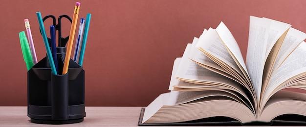 Grande libro spesso con le pagine aperte come un fan
