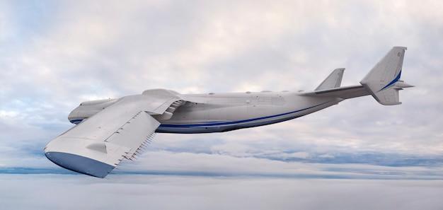 Un grande aereo da trasporto, girato con un grandangolo, a distanza ravvicinata, vola nel cielo sopra le nuvole.