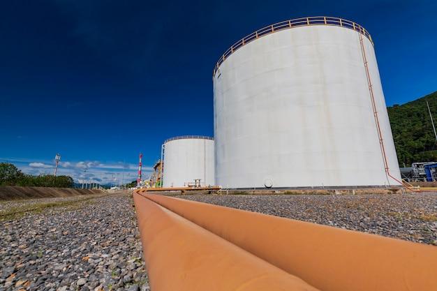 Grandi serbatoi bianchi per petrolio e gas di oleodotti.