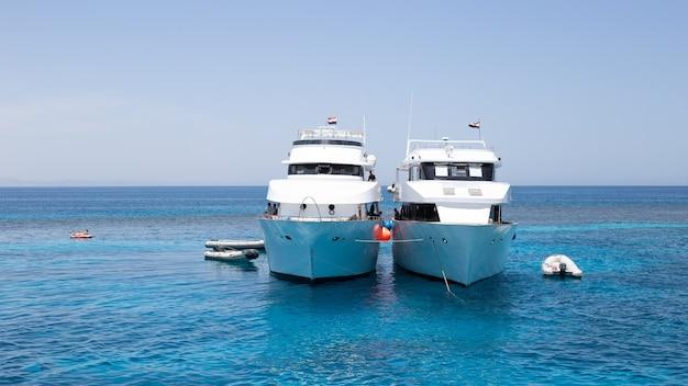 Grandi yacht bianchi in alto mare