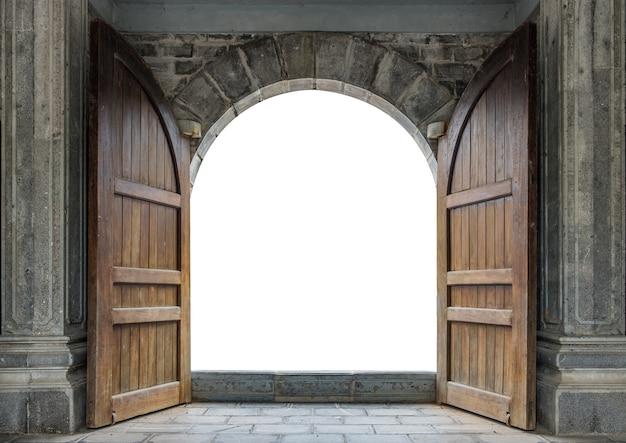 Grande porta di legno aperta nel muro del castello di roccia