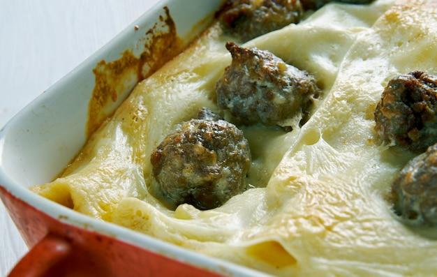 Lasagne alla napoletana con polpettine di carne macinata.