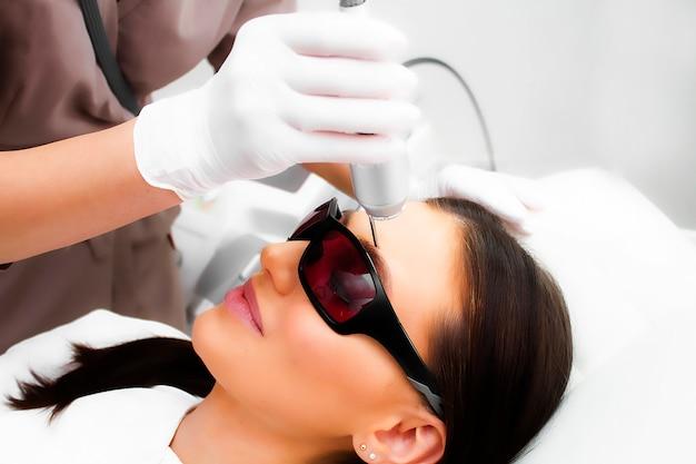 Biorivitalizzazione laser di un primo piano del volto femminile.