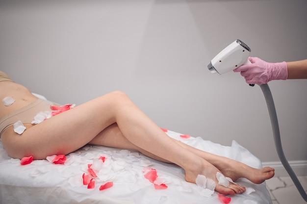 Epilazione laser e cosmetologia nella procedura di depilazione del salone di bellezza cosmetologia dell'epilazione laser