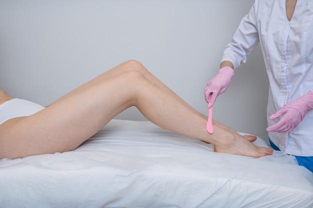 Epilazione laser e cosmetologia nel salone di bellezza, concetto spa