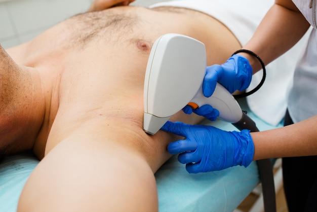 Gli uomini di depilazione laser hanno nel salone di bellezza