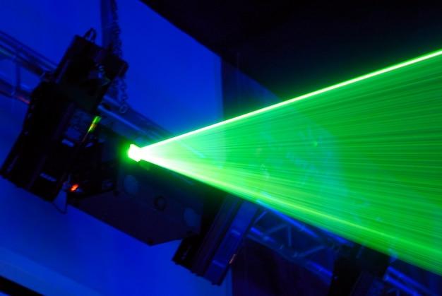 Installazione laser per la creazione di effetti di luce su spettacoli musicali