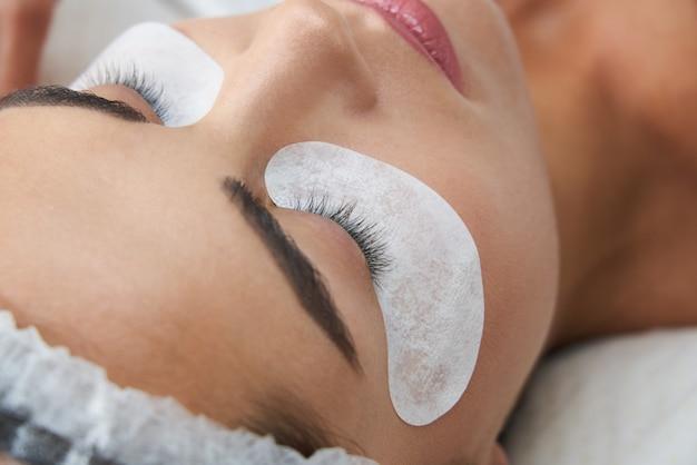 Laminazione delle ciglia e verniciatura delle procedure di bellezza del viso del primo piano nella clinica di cosmetologia