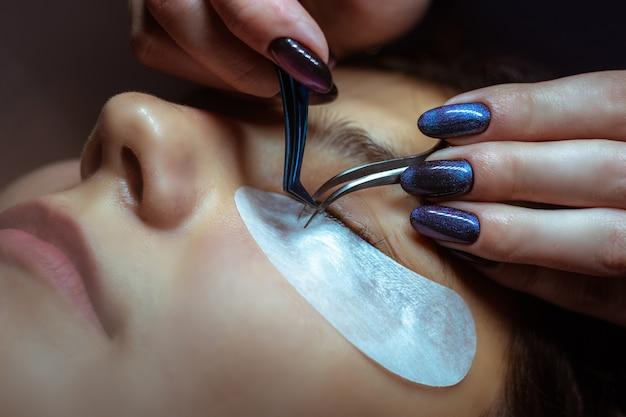 Processo di creazione delle ciglia, ciglia e pinzette estremamente lunghe, extension per ciglia donna.