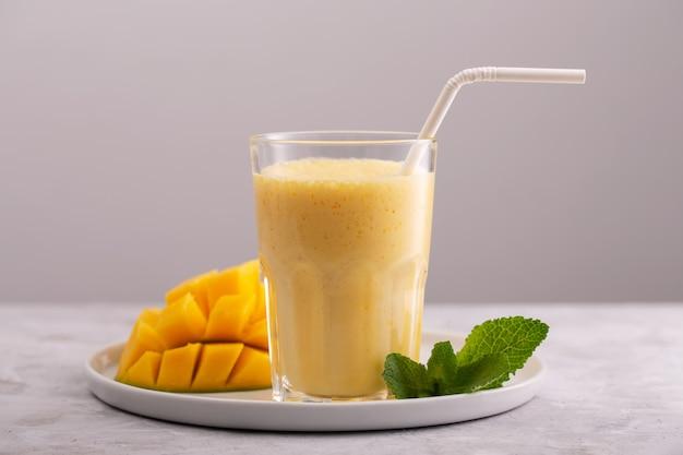 Lassi è una bevanda fredda tradizionale popolare con mango e ghiaccio