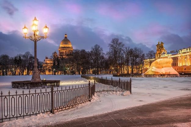 Le ultime luci della mattina d'inverno di san pietroburgo al cavaliere di bronzo