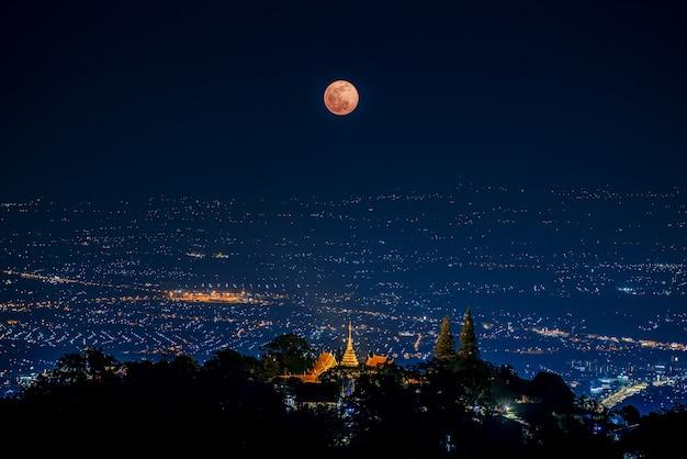 L'ultima eclissi lunare di penombra nel 2020 sul tempio wat phrathat doi suthep, chiang mai, thailandia