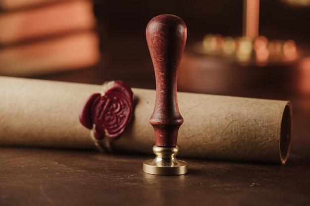 Ultimo testamento e vecchio sigillo di cera nello studio notarile