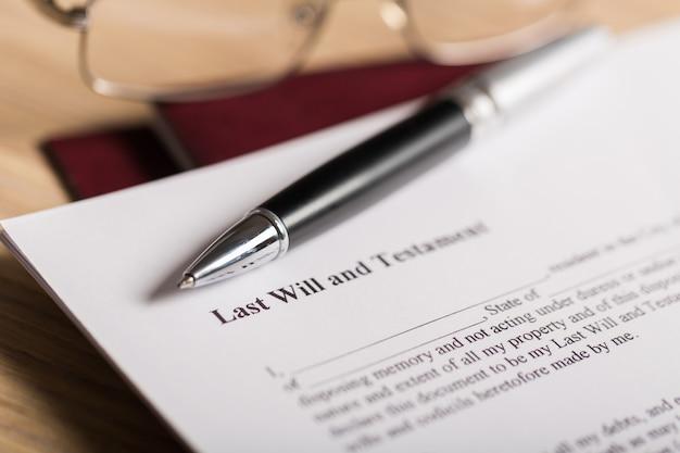 Ultimo testamento e testamento con penna e occhiali