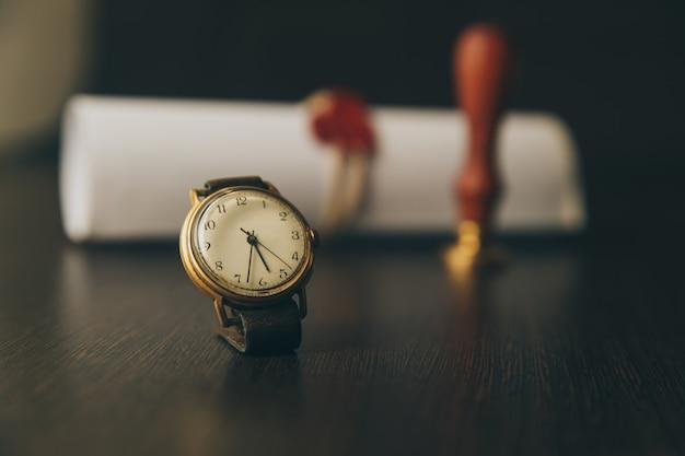Ultima volontà e testamento con martelletto giudice in legno; il documento è un modello non letto