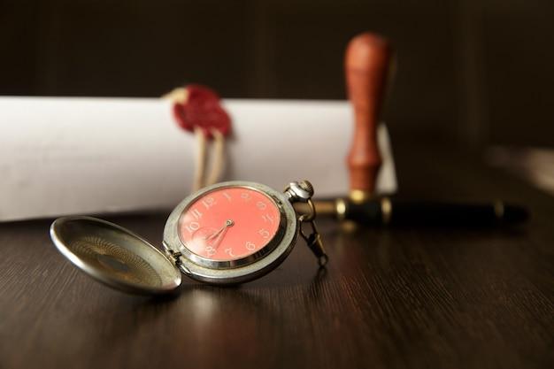 L'ultimo testamento e il testamento con il documento del martelletto del giudice in legno sono mockup non rea