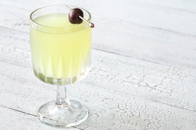 Last word cocktail a base di gin in vetro refrigerato