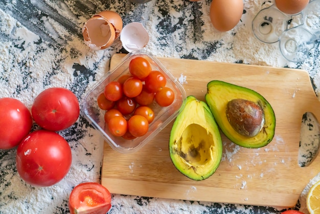 Lat giaceva a fette di avocado e pomodorini sul tavolo della cucina