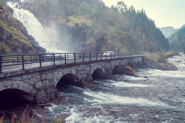Cascata latefossen in norvegia e ponte