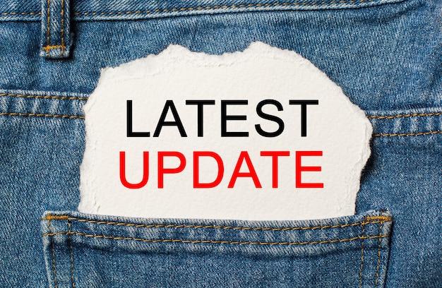 Ultimo aggiornamento su sfondo di carta strappata sul concetto di affari e finanza dei jeans