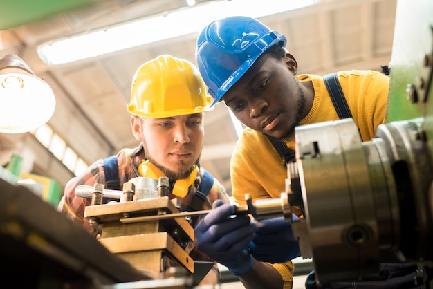 Operatori del tornio che lavorano insieme