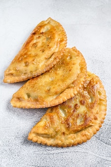 Empanadas fritte latinoamericane con pasta salata