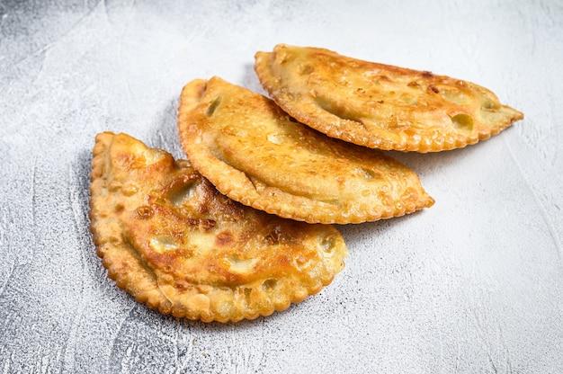 Empanadas fritte latino americane con pasta salata e carne