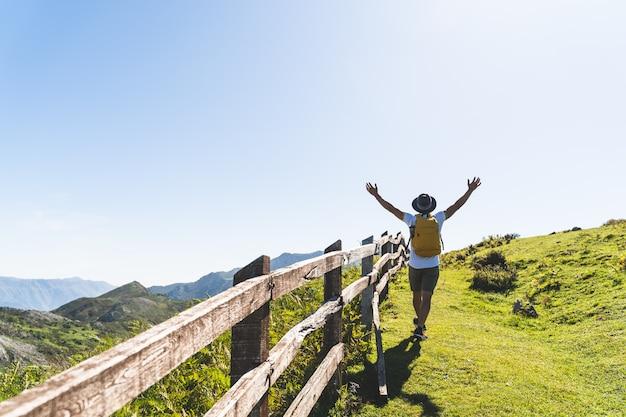 L'uomo latinoamericano passa su facendo un'escursione nella montagna.