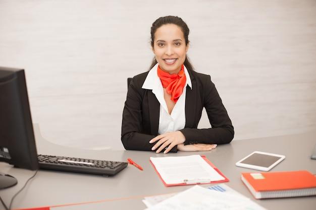 Consulente commerciale latino alla scrivania