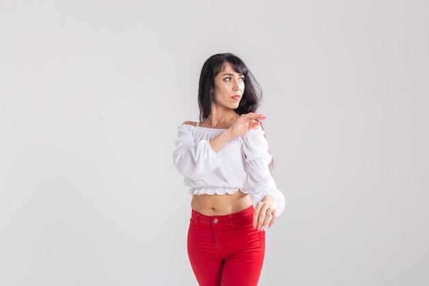 Danza latina, signora bachata, jazz moderno e concetto di danza di moda - bella giovane donna che balla su sfondo bianco con spazio di copia