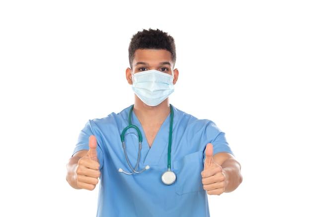 Medico latino con maschera in tempi di coronavirus isolato su sfondo bianco