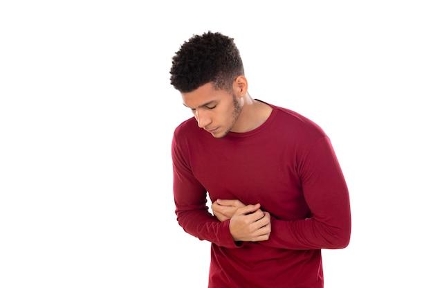 Ragazzo latino con capelli afro corti isolato su priorità bassa bianca