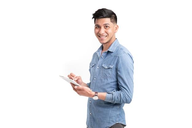 Uomo latino che digita sulla tavoletta alla ricerca