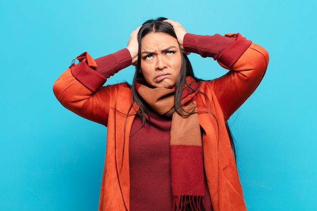Donna latina che si sente frustrata e infastidita, malata e stanca del fallimento, stufo di compiti noiosi e noiosi
