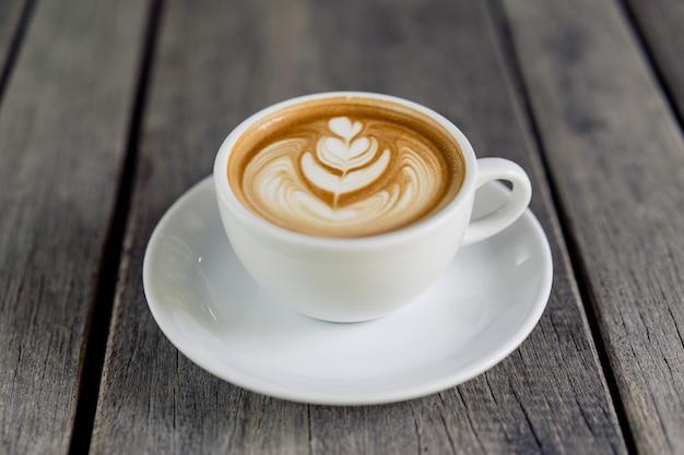 Caffè latte art in una tazza bianca