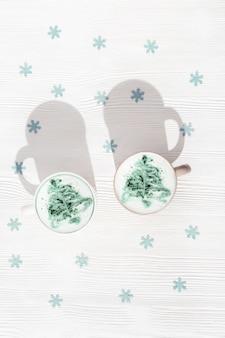 Caffè invernale latte con arte dell'albero di capodanno in tazza grande