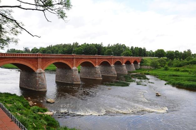 Lettonia, ponte di mattoni di kuldiga. è stato costruito nel 1874 ed è il più lungo ponte in mattoni funzionante in europa