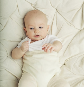 Ridere bambino carino su bianco