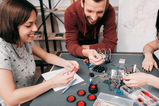 Ridendo ingegneri sul posto di lavoro, concetto di esperimento di successo