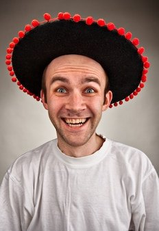 Uomo che ride con cappello sombrero