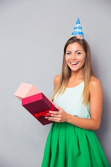 Contenitore di regalo di apertura della giovane donna di risata