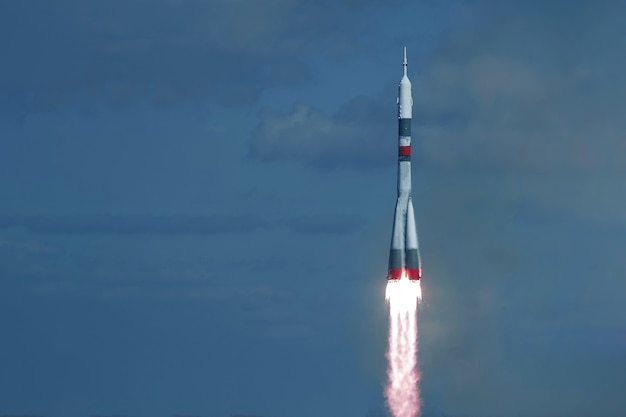 Lancio di un razzo spaziale nello spazio. sullo sfondo del cielo. gli elementi di questa immagine sono stati forniti dalla nasa. foto di alta qualità